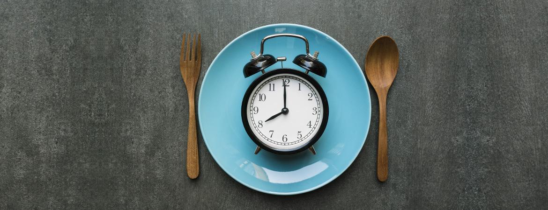 Το τι και πόσο τρώμε μπορεί να αλλάξει τα εσωτερικά μας ρολόγια και τις ορμονικές αποκρίσεις